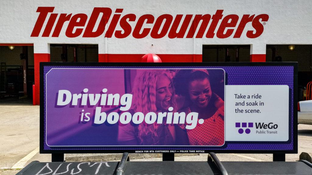 Plakat von WeGo Public Transit, der Verkehrsgesellschaft von Nashville, mit dem Text ›Driving is booooring‹